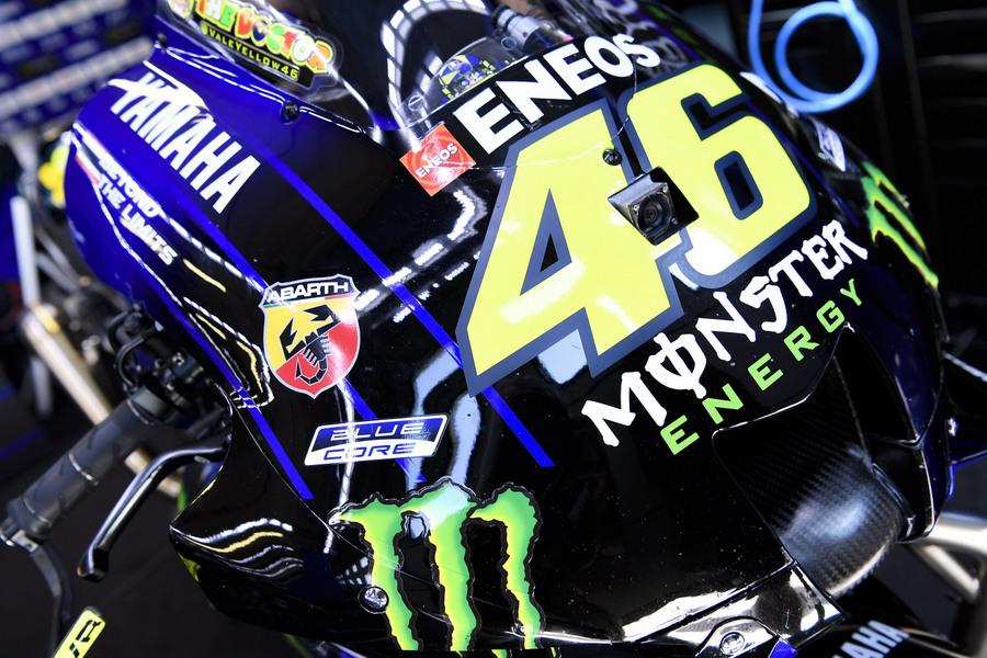 "Abarth ""na torze"" z Maverickiem Viñalesem i Valentino Rossim na Yamahach YZR-M1"