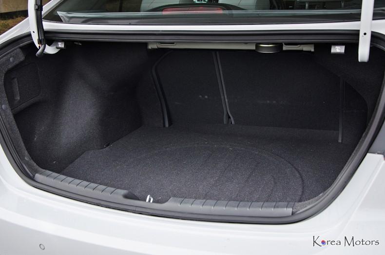 Bagażnik ma przeciętną pojemność i kilka wad. Za to Elantra ma dużą ładowność 555 kg.