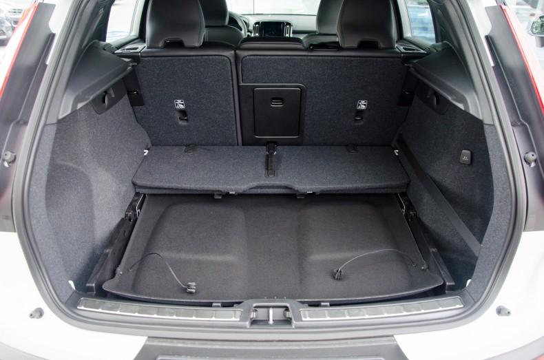 Absolutnie genialny bagażnik w Volvo XC40. Jego półka mieści się pod podłogą.