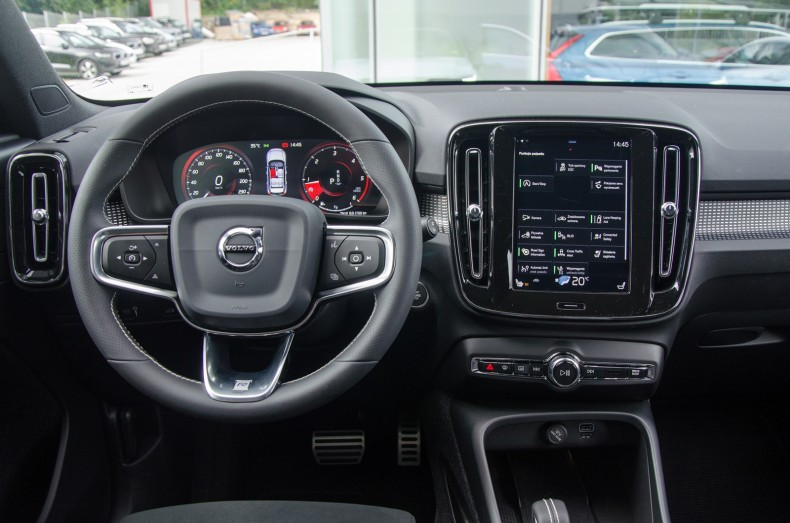 Deska rozdzielcza Volvo XC40 prawie nie różni się od XC60, ale przez mniejszą szerokość wnętrza, szeroki tunel środkowy zabiera przestrzeń na nogę kierowcy
