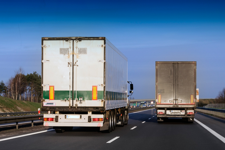 Wyprzedzające się ciężarówki fot. Mariusz Zmysłowski © 2015