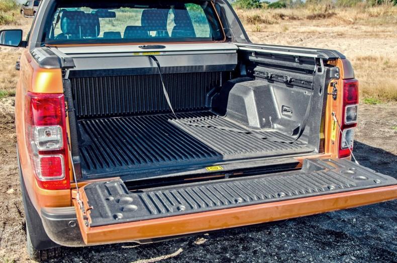 Najlepsze rozwiązanie zabudowania paki mieliśmy w Fordzie. Przesuwana roleta nie ogranicza możliwości pick-upa, a zasłania bagaże czy zakupy.