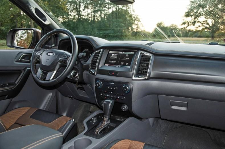 Deska rozdzielcza Forda Rangera wygląda jak w drogim SUV-ie. To po części kwestia specyfikacji, bo w niższym standardzie nie jest już tak kolorowo. Nie mniej jednak nie brakuje przestrzeni.