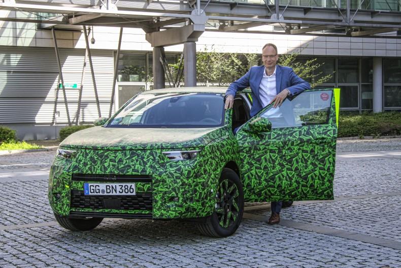 Michael-Lohscheller-mit-dem-neuen-Opel-Mokka-511883