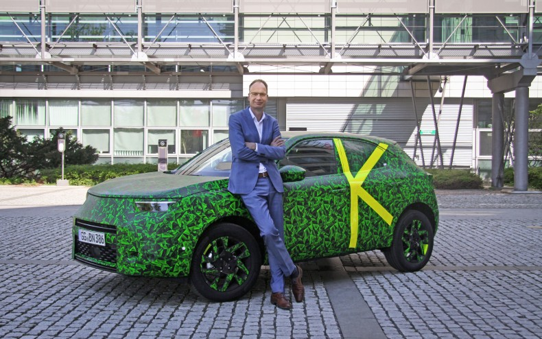 Michael-Lohscheller-mit-dem-neuen-Opel-Mokka-511884