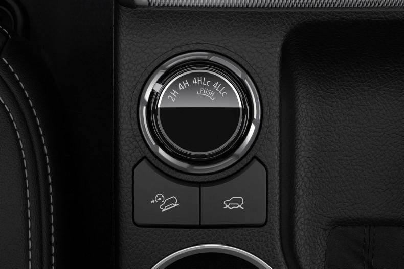 Jeśli terenowe auto ma mieć stały napęd na cztery koła, musi mieć też blokadę. W Mitsubishi L200 działa ona w trybie 4H Lc. Nie wymaga włączenia reduktora.
