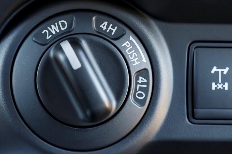 W samochodach typowo terenowych, najlepszy jest napęd dołączany. Nie trzeba go dodatkowo blokować, co upraszcza obsługę i konstrukcję, a także zmniejsza koszty i ryzyko awarii.