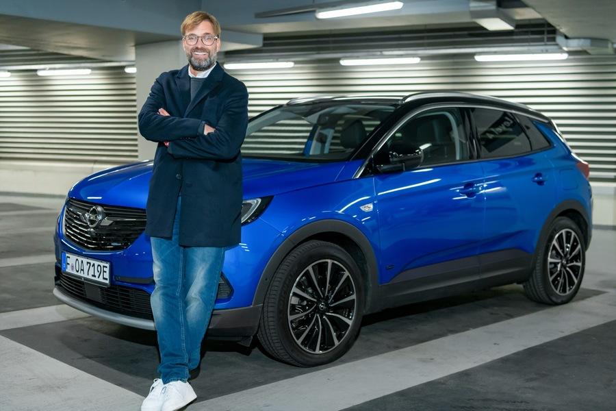 Opel-Markenbotschafter Jürgen Klopp mit dem Grandland X Hybrid4 / Opel brand ambassador Jürgen Klopp with the Grandland X Hybrid4