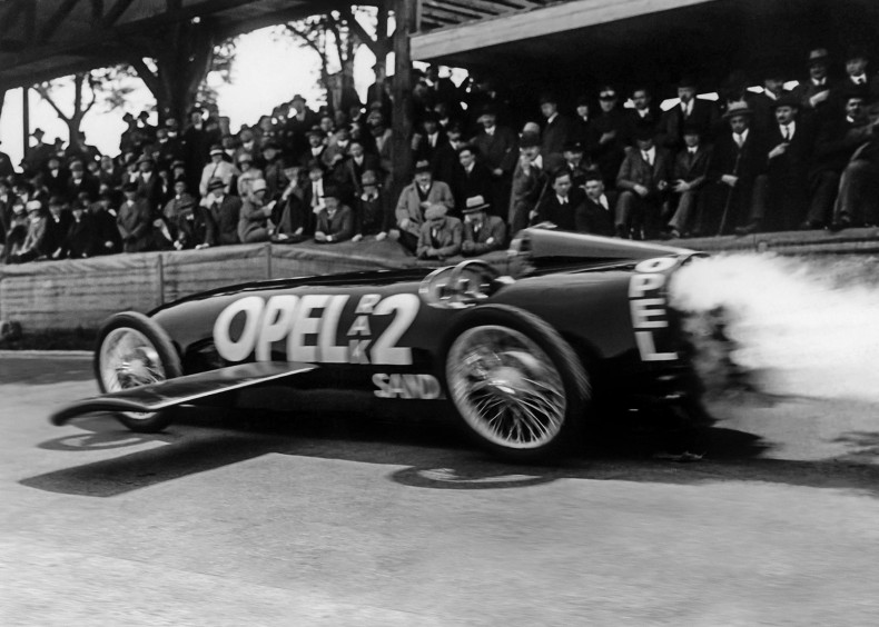 Futuristic design: The Opel RAK 2 already displayed the aerodynamic design adopted by the Grand Prix racing cars or the late 1930s in 1928.