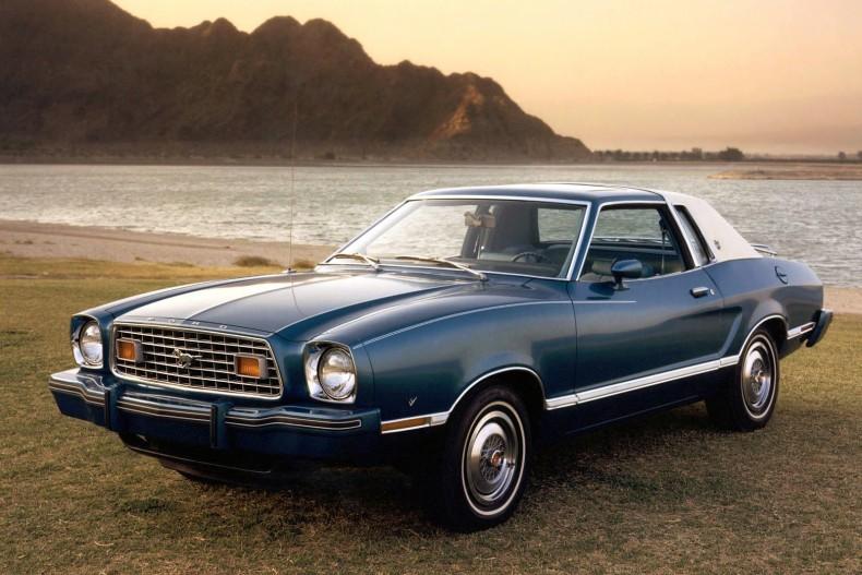 Mustang z 1981 roku - na tle poprzednika, po prostu jakiś ford.