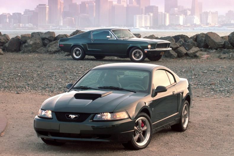 Późny Ford Mustang Bullitt wraz ze swoim pierwowzorem ze słynnego filmu.