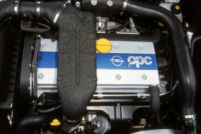 Pierwszy silnik z OPC na pokrywie zaworów rozwijał 160 KM i napędzał Astrę