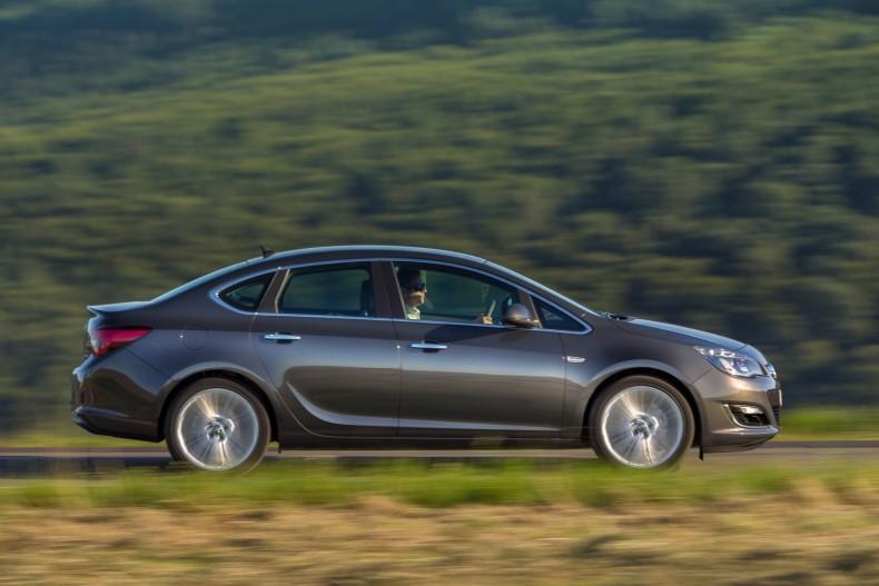 Astra Sedan - wciąż w sprzedaży - to bez wątpienia jeden z najładniejszych sedanów w klasie kompaktów