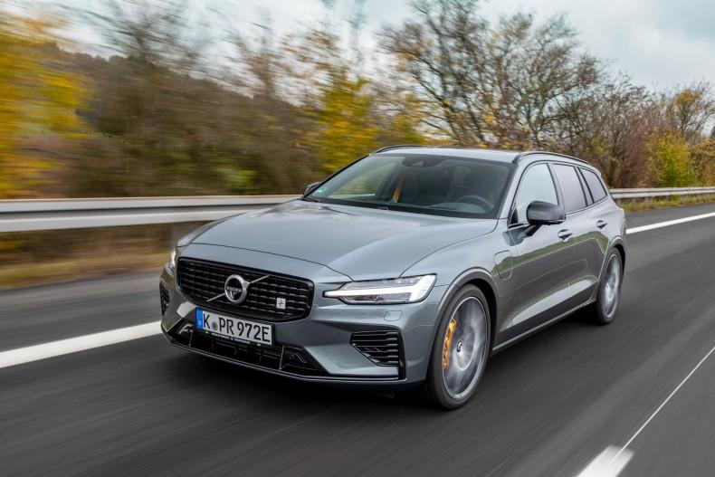 Volvo V60 T8 to samochód z mocą ok. 400 KM i świetnymi osiągami. Jeżdżąc nim na co dzień nie przekroczycie spalania 10 l/100 km. To możliwe tylko dzięki hybrydzie plug-in.